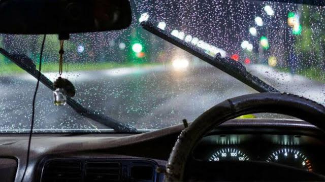 Tips Mengendarai Mobil Saat Musim Hujan dan Banjir