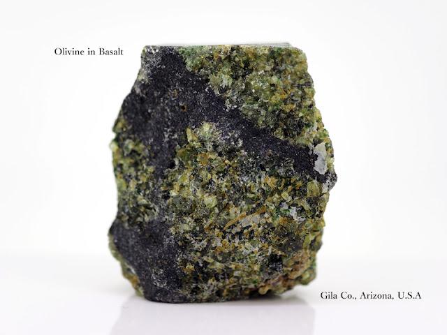 玄武岩上の橄欖石 Olivine in Basalt Gila Co., Arizona, U.S.A