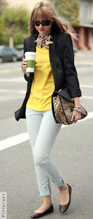 Mulher andando tomando alguma bebida segurando uma bolsa animal print e uma sapatilha marsala