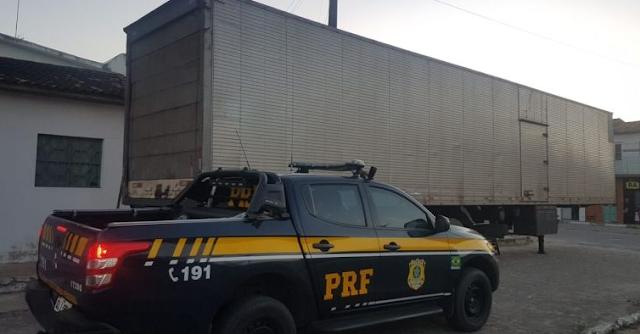 PRF apreende carreta em Canapi/AL com 55 toneladas de milho sem nota fiscal