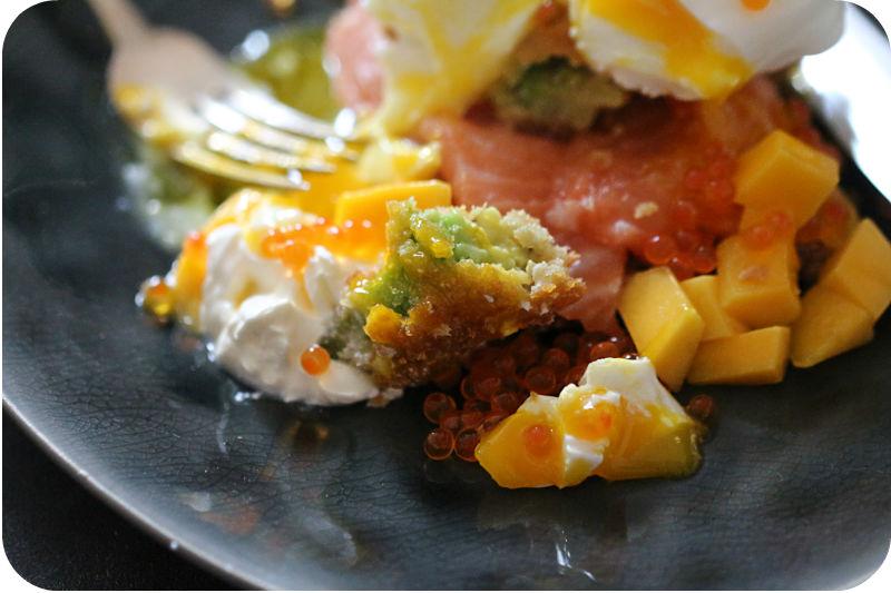 Avocado im Knuspermantel mit frischem Lachs, pochiertem Ei, Mango und Forellenkaviar auf getoastetem, altbackenem Brot | Arthurs Tochter Kocht von Astrid Paul
