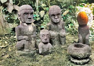 empat patung saat upacara pemujaan di simalungun