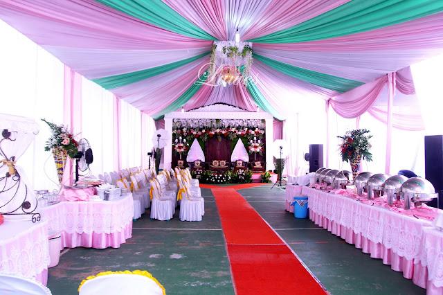 Resepsi pernikahan yang di selenggarakan di rumah dengan tenda dan gebyok modern
