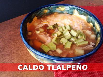 Caldo tlalpeño plato cocina receta mexicana pollo deshebrado desmechado aguacate queso latino sopa