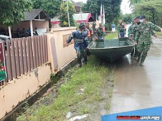 Siapkan Perahu, Anggota Koramil Mayong Bantu Warga Korban Banjir Desa Dorang