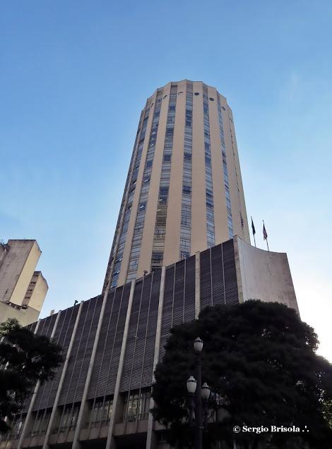 Perspectiva inferior do prédio do Tribunal de Justiça do Estado De São Paulo, antigo Hotel Hilton - Republica