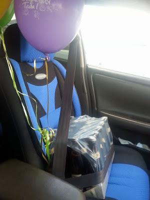 Lustiges Bier wird im Auto Kindersitz zum Geburtstag gefahren