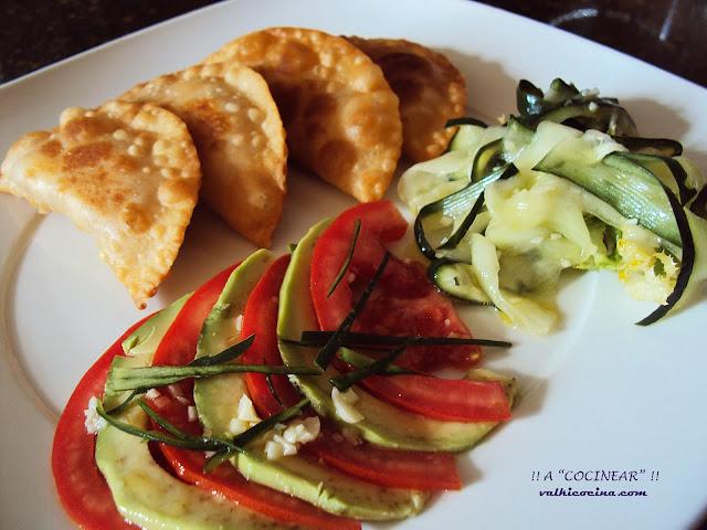 ensalada de aguacate, tomate y pepino aliñado