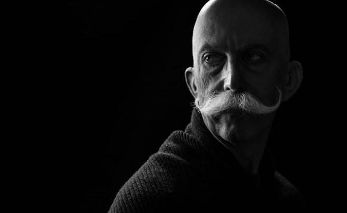 Черно-белый портрет в драматическом освещении