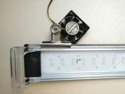 自作冷却ファンをクリップでアクア用ライトに固定(裏)