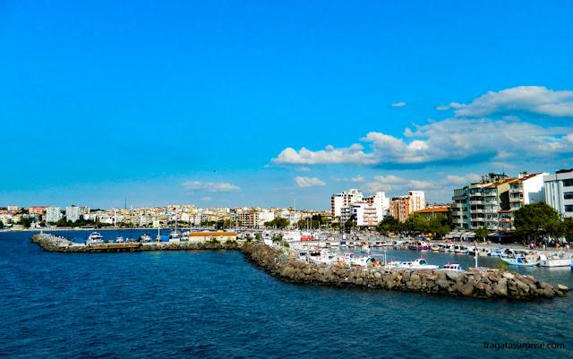A marina da cidade de Çanakkale, Turquia, na margem asiática do estreito de Dardanelos