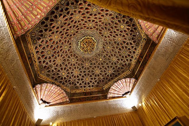 Le remarquable plafond du salon oriental provient du palais démantelé du duc de Maqueda, datant du XVème siècle à Tolède.