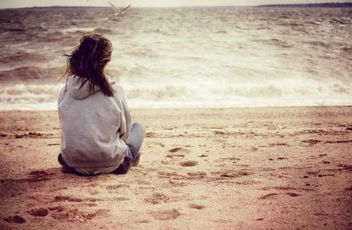 Hình ảnh cô đơn lẻ loi lạc lõng mỗi khi đêm về thật buồn