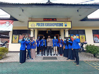 Minimalisir Penyebaran Covid, Polsek Karangpucung Gandeng Mahasiswa KKN UMP Adakan Bagi Masker Kepada Masyarakat di Terminal Karangpucung