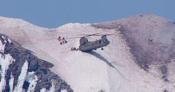 Heli Chinook melakukan penyelamatan