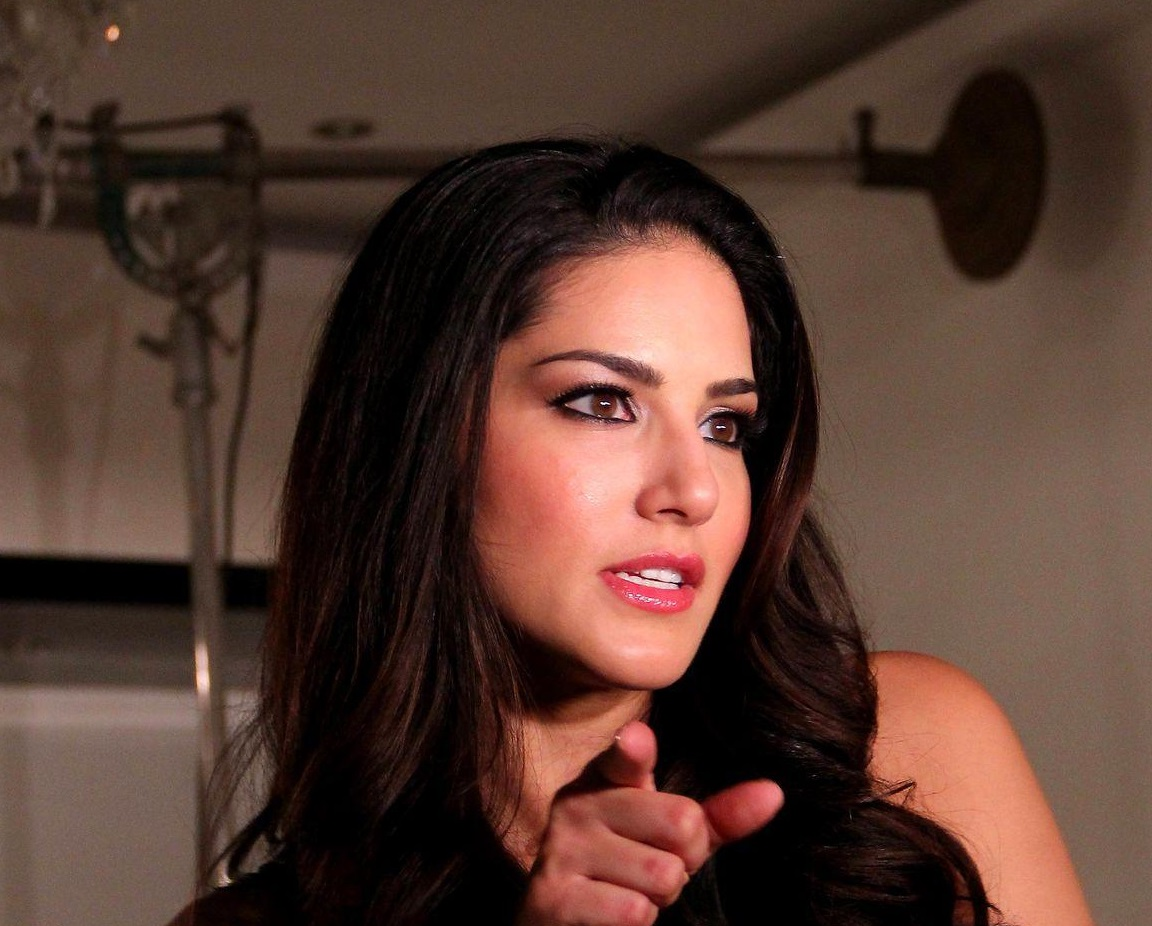 Bollywood Actress Sunny Leone Hot Face Close Up Photos In Blue Dress