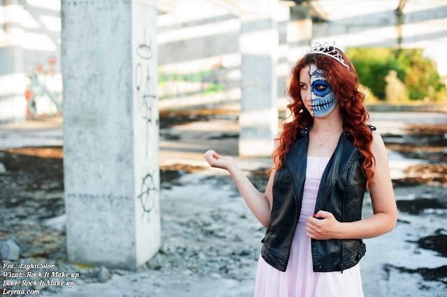 12.07.2017 Pastelowy róż sukienka rozkloszowana, czarne szpilki na platformie, kamizelka skórzana z ćwiekami, wisiorek gwiazdka, Muerte make up, Opuszczona galeria Mielec