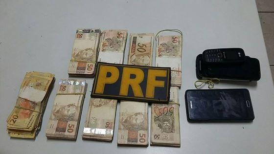 PRF recupera veículo e apreende quase R$ 45 mil que eram transportados em um travesseiro