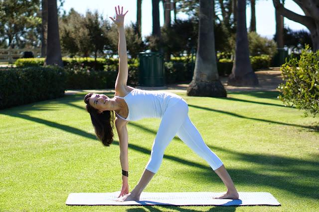 Mỗi ngày một tư thế Yoga | 12 Tư thế tam giác mở rộng