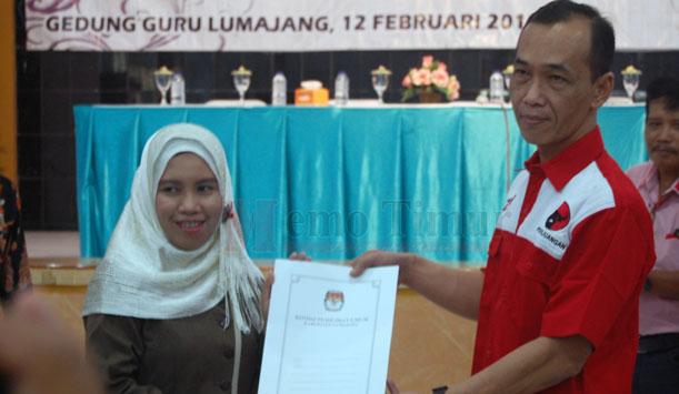 Ketua KPU Lumajang memberikan surat penetapan kepada salahtu pihak paslon