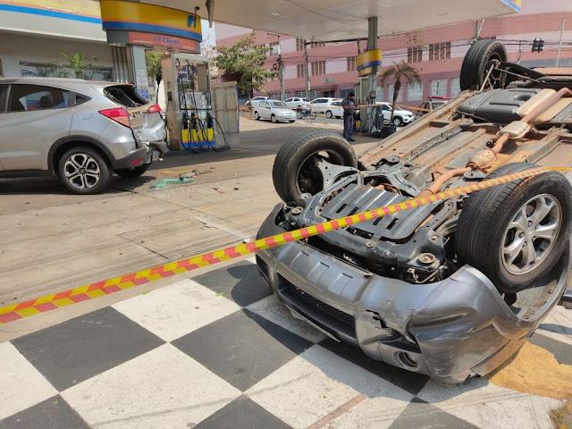 Frentista fica preso embaixo de veículo após mulher capotar carro em posto de combustíveis