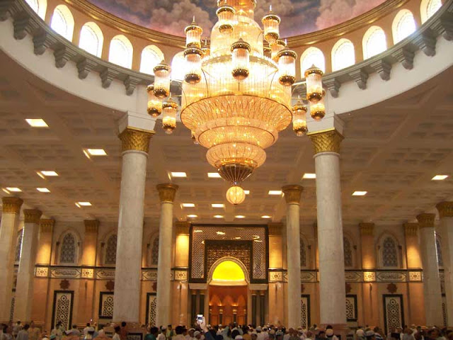 dan ini mungkin salah satu masjid terbesar dan paling mengesankan di negeri ini Wisata Religi Masjid Kubah Emas Yang Spektakuler