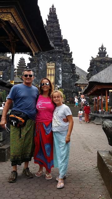 Con nuestros sarongs en Bali