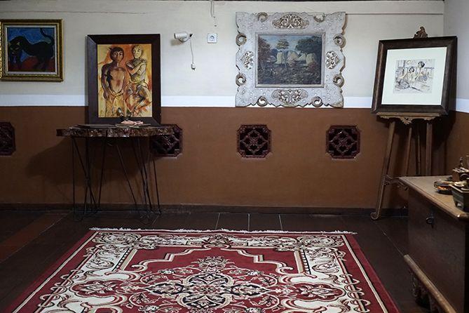 Tak hanya kedai, di atas 1915 Arts-Koffie-Huis ada galeri lukisan