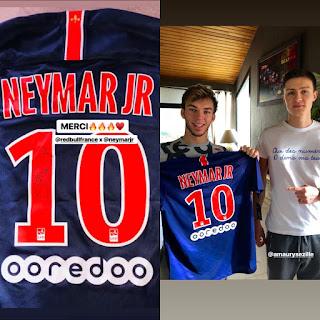 Foto de Gasly recebendo uma camisa do PSG do Neymar número 10.