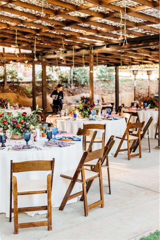 decorar mesa boda en tonos azules con vajilla de barro y cubertaria dorada chicanddeco
