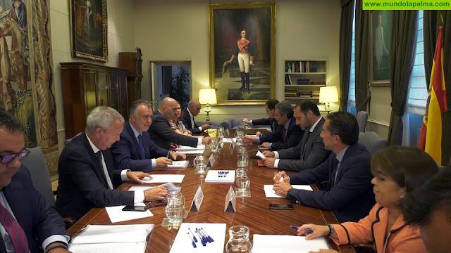 El Gobierno de Canarias y el Ministerio de Fomento acuerdan buscar soluciones a las cantidades de carreteras pendientes con Canarias