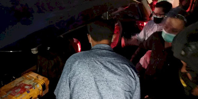 Satu Koper Bersegel Keluar dari Rumah Pribadi Bupati Probolinggo, Langsung Masuk ke Dalam Mobil