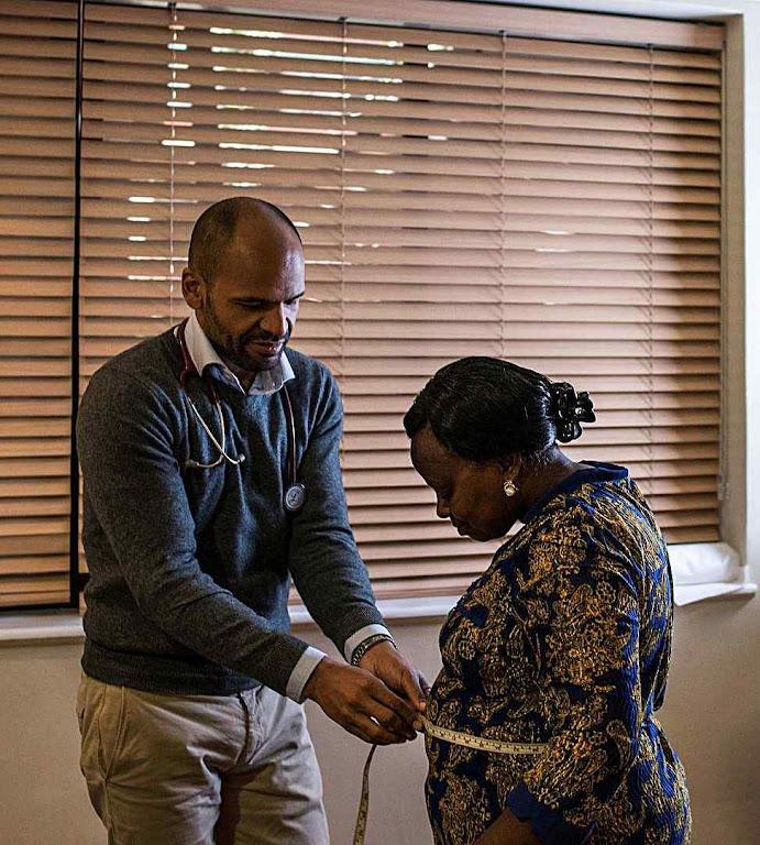 O cardiologista Dr. Anders Barasa, mal consegue atender os pacientes na clínica do coração no Hospital da Universidade de Aga Khan em Nairobi.