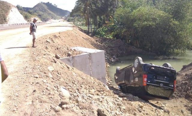 Mobil Warga Berami Pujut Nyungsep di By Pass BIL-Mandalika Saat Belajar Nyetir