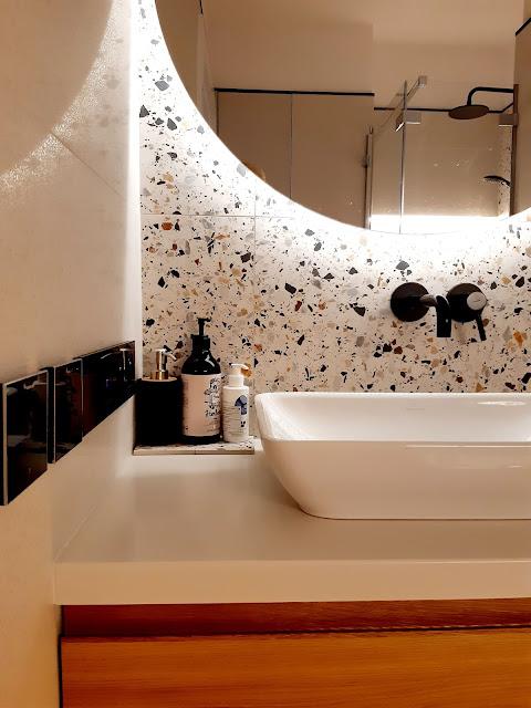 gres terrazzo hika; okrągłe podświetlane lustro; lustro do łazienki; umywalka nablatowa; bateria podtynkowa czarna