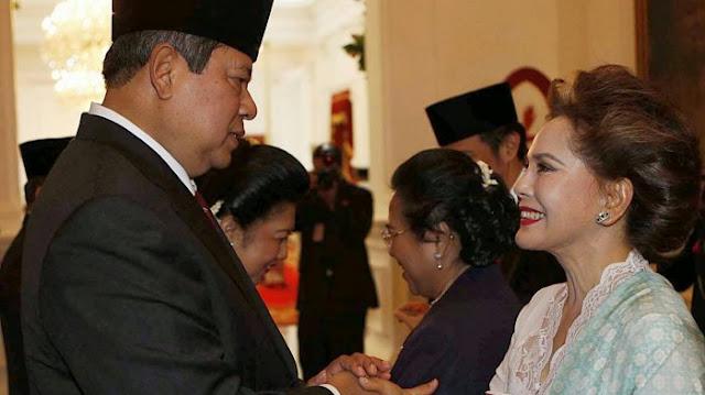 Dewi Soekarno berjabat tangan dengan SBY
