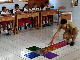 Media inovatif permainan engklek berbantuan kartu kata sangat tepat digunakan di kelas dalam proses pembelajaran