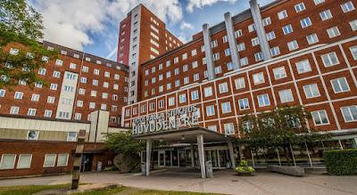 Ingången och fasaden på Uddevalla sjukhus