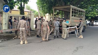 Satpol PP Melakukan Penertiban Pedagang Kaki Lima di Jalan Besse Kajuara