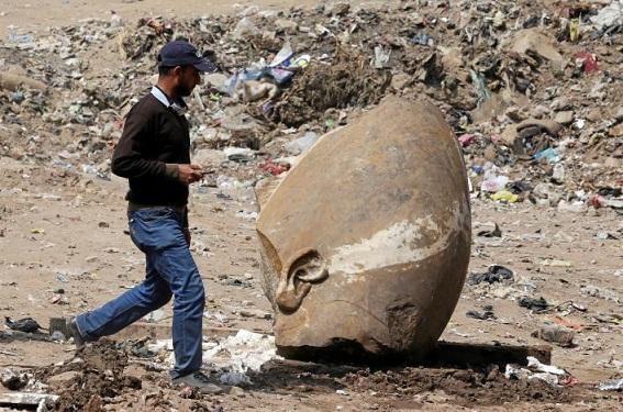 Un statue colossale représentant probablement Ramsès II découverte au Caire
