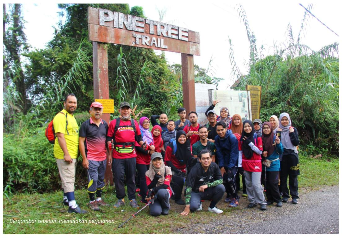 Group photo di pintu gerbang Pine Tree Trail