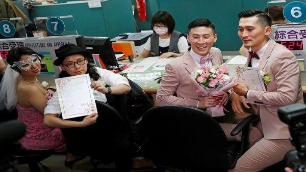 Taiwán celebra primeros matrimonios igualitarios en Asia