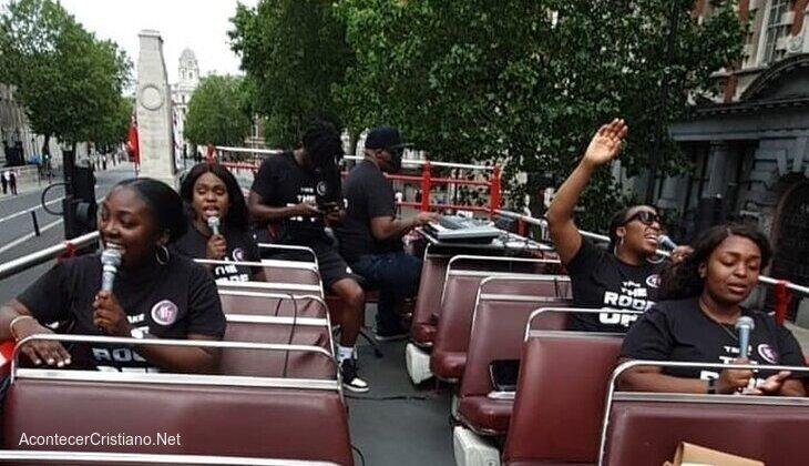 Autobús descubierto recorre calles de Londres