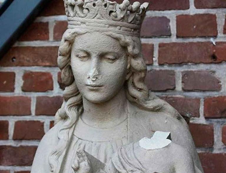 Estátua de Nossa Senhora danificada da Virgem Maria no distrito de Coesfeld. Fonte: Polícia de Coesfeld.