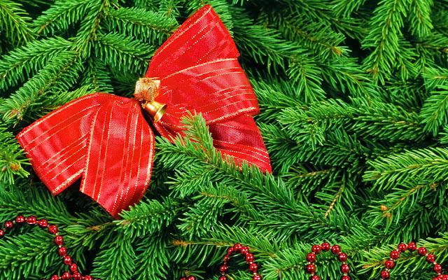 Kerst wallpaper met boom met rode strikken