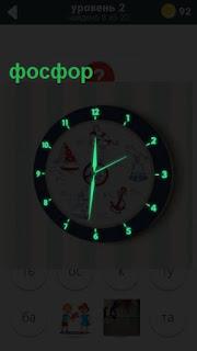 циферблат часов с фосфорными стрелками