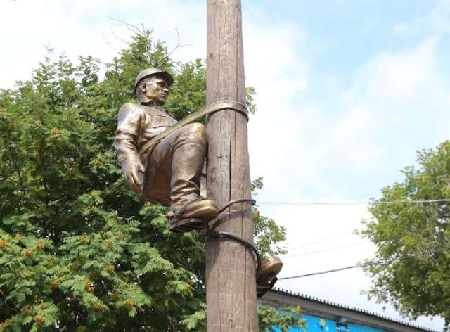 В Уфе появилась скульптура электромонтёра