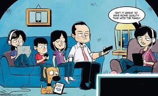 Bersama keluarga namun sibuk sendiri-sendiri