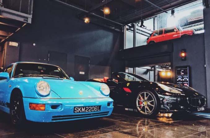 Πολυόροφο κτίριο που παίζει τον ρόλο του αυτόματου πωλητή πολυτελών αυτοκινήτων στη Σιγκαπούρη