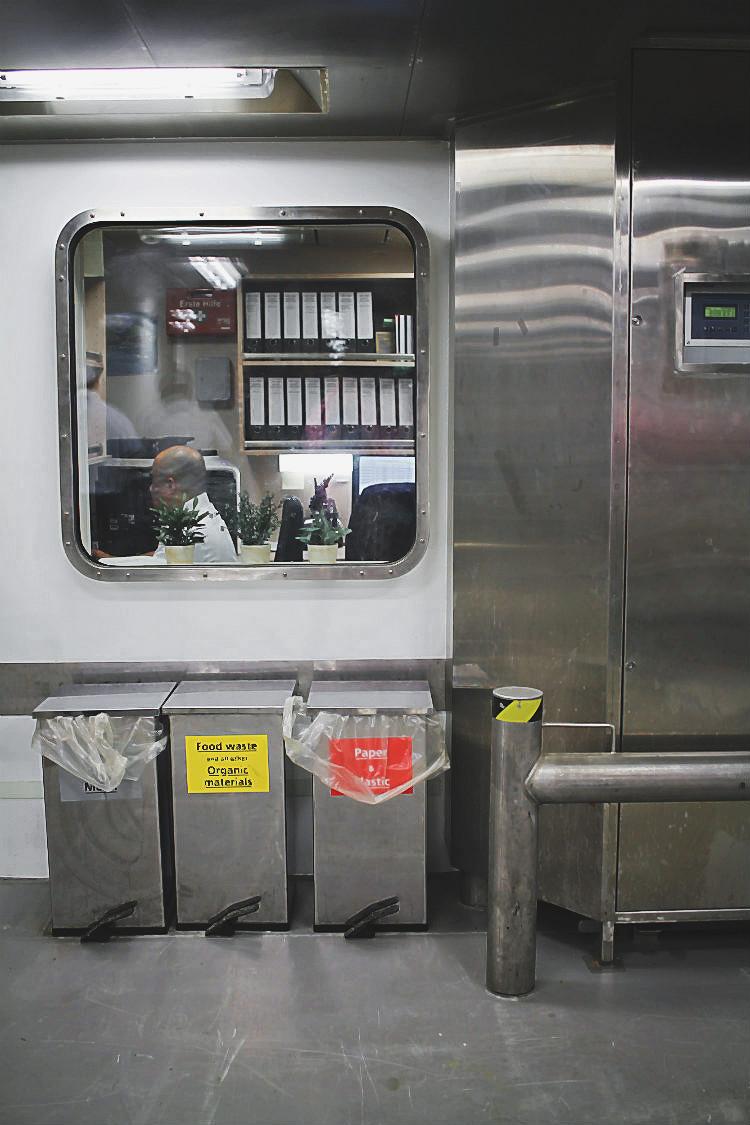 Provisions Area Manager in seinem Büro an Bord der Mein Schiff 5 von Tui Cruises | Arthurs Tochter kocht. Der Blog für Food, Wine, Travel & Love von Astrid Paul